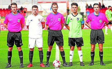 Iván Martín (segundo por la derecha) posa junto al trío arbitral y el sevillista Cera antes de un partido.