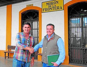 Joaquín Rodríguez y Antonio Castillo, ya expresidentes de la UD Morón y Morón CF, se estrechan la mano tras alcanzar la fusión.