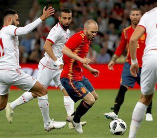 Iniesta supera a Zubizarreta; cuarto jugador con más partidos
