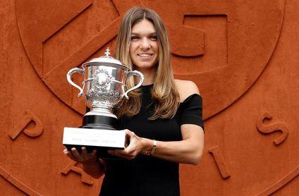 Halep posa con el trofeo que le acredita como vencedora de Roland Garros.