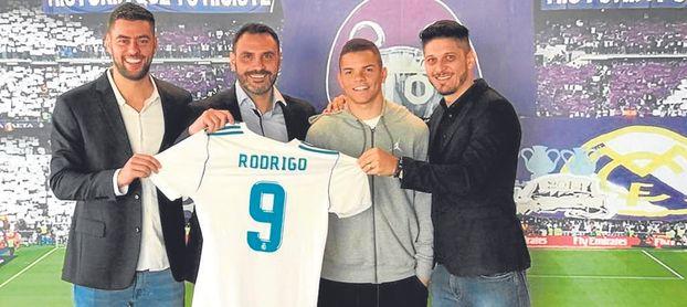 Edu, a la derecha, en la presentación de Rodrigo como jugador del Madrid.