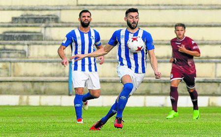 David Castro controlando el balón en la presente temporada con el Écija.
