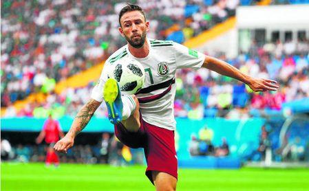 Layún pincha el balón durante el Corea-México.