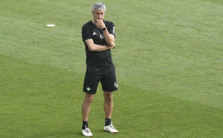 Quique Setién, durante un entrenamiento con el Betis.