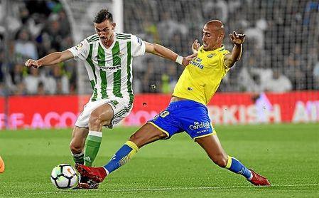 Gálvez presiona a Fabián durante el Betis-Las Palmas.