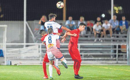 Rafa Moreno salta de cabeza en una acción ante el Diablos Rojos.