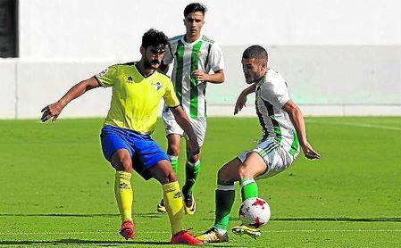 Marrufo (izquierda) en una acción contra el centrocampista verdiblanco Julio Gracia.