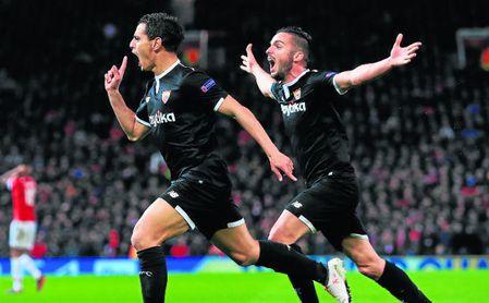 Ben Yedder celebra -junto a Pablo Sarabia- uno de sus dos goles anotados en Old Trafford.