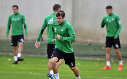 Aitor Ruibal durante un entrenamiento con la primera plantilla del Real Betis.
