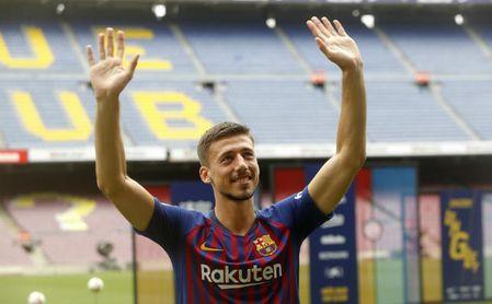 Lenglet en la presentación con el FC Barcelona.