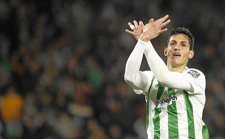 Mandi celebra un gol con el Betis durante la temporada pasada.