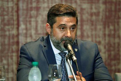 El vicepresidente de la AFA dice que a fines de julio definirán el futuro de Sampaoli