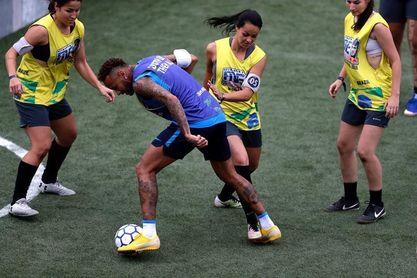 Las mujeres piden paso en el torneo de fútbol de barrio creado por Neymar