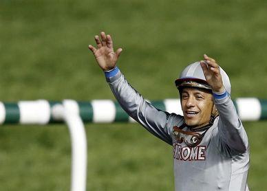 El jockey mexicano Víctor Espinoza sufre una lesión tras caerse de su caballo