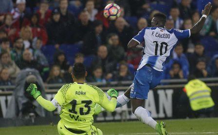 Caicedo en un lance con Antonio Adán, en un Espanyol - Real Betis.