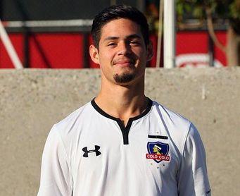 Juan Ibarra, jugador del Colo Colo, posa con la camiseta del club chileno.