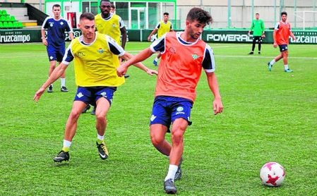 Imagen de un entrenamiento reciente del Betis Deportivo en la Ciudad Deportiva Luis del Sol.