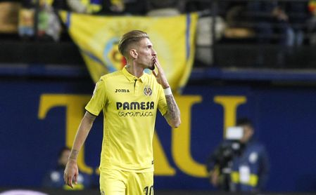 Samu Castillejo celebra un tanto con la camiseta del Villarreal.