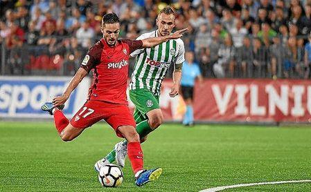 Sarabia dispara para hacer su segundo gol ante el Zalgiris.