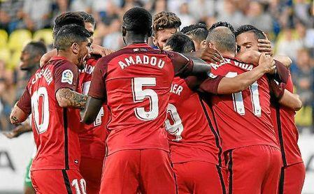 Los jugadores del Sevilla celebran un gol ante el Zalgiris.