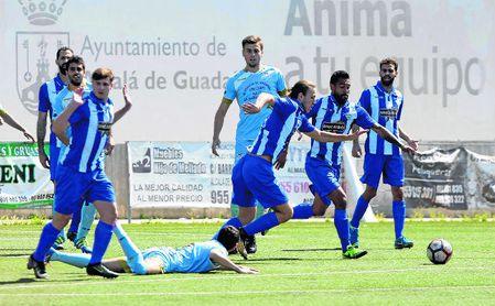 El delantero Aranda, durante un encuentro con el Atlético Algabeño la temporada pasada.