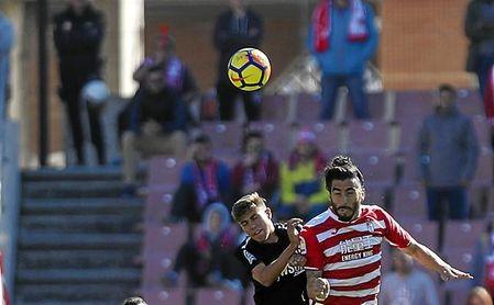Pozo pugna en el aire con Chico durante el Granada CF-Sevilla Atlético.