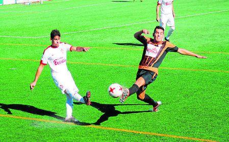 Raúl Cabrera trata de taponar un centro del utrerano Manu.