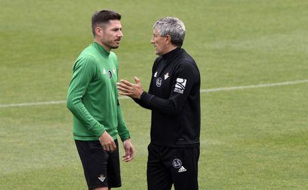 Javi García conversa con Quique Setién.