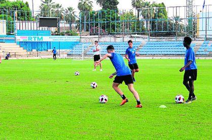 David Páez, al fondo, observa un entrenamiento de su equipo.