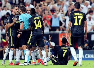 La Juventus se adelanta de penalti ante el Valencia y Cristiano es expulsado