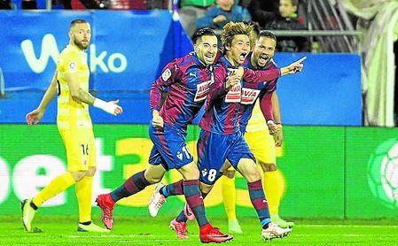 Inui celebra uno de sus dos goles al Girona en Ipurúa en la 17/18.