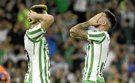 Tonny Sanabria y Loren Morón se lamentan tras fallar una ocasión el primero ante el Athletic Club.