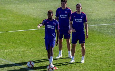 El Atlético enfoca al derbi con la duda de Giménez y la baja de Savic