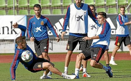 Bartra, en un entrenamiento con la selección española.