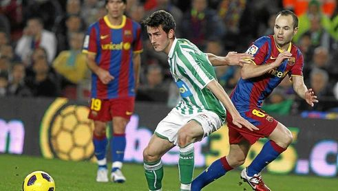 Miki Roqué pugna con Andrés Iniesta en un Betis-Barcelona de Copa del Rey.