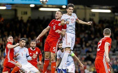 Bartra cabecea un córner botado por Suso y marca el cuarto gol de España en Gales.