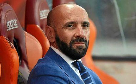 Monchi, en el banquillo de la Roma antes de un partido.