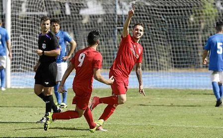 Antonio López celebra junto a su compañero Diego uno de los dos goles anotados en la mañana de ayer.