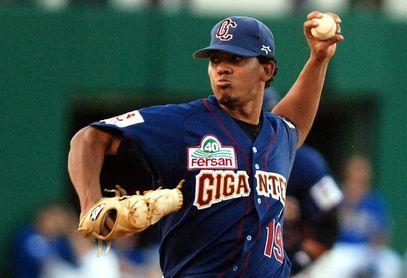 Gigantes y Toros logran victorias y comparten liderato en béisbol dominicano