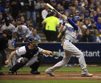 En la imagen, el jardinero central de los Dodgers de Los Ángeles Cody Bellinger (d). EFE