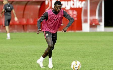 Promes durante un entrenamiento con el Sevilla.