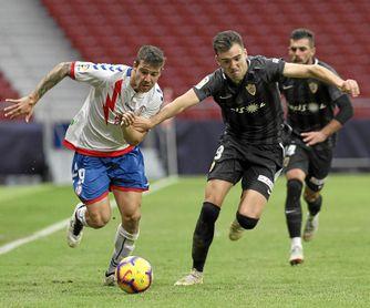Aitor Ruibal corre con el balón controlado ante la presión del almeriense Chema Núñez.