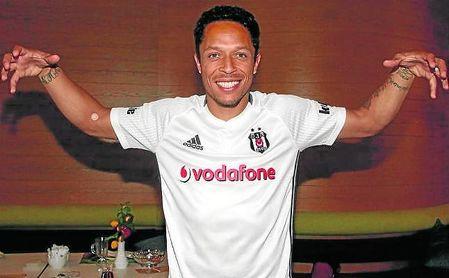 Adriano Correia tiene un año más de contrato con el Besiktas, aunque se encuentra lesionado.