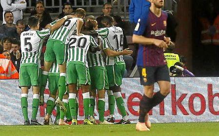 Los jugadores del Betis celebran uno de los cuatro goles en el Camp Nou.