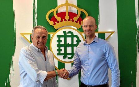 El presidente de la Fundación Real Betis Balompié, Rafael Gordillo, da la bienvenida a Gabriel Calderón.