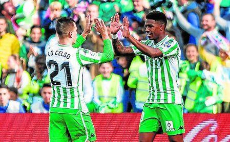 Giovani Lo Celso felicita a Junior Firpo por su gol ante la Real Sociedad.