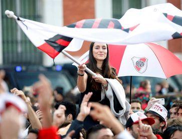 """La afición de River Plate toma el centro de Madrid para su """"banderazo"""""""