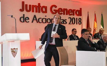 José Castro se dirige para hablar a los accionistas sevillistas.