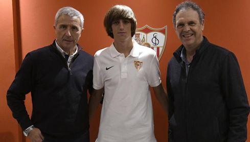 Bryan Gil posa con Pablo Blanco y Joaquín Caparrós.