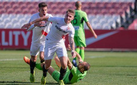 Casas celebra su primer gol en Segunda B con el Sevilla Atlético.